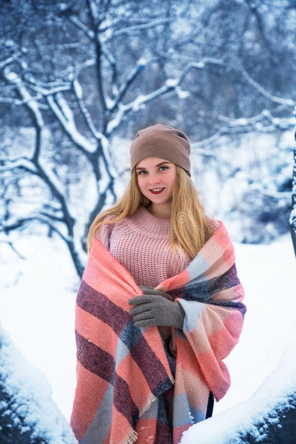 Jolie fille de l'adolescence marchant en parc de ville au temps de neige images stock