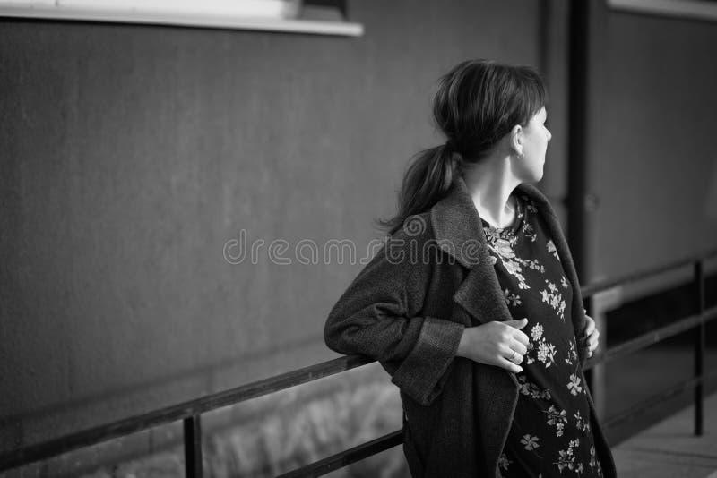 Jolie fille de l'adolescence se penchant sur des balustrades images stock