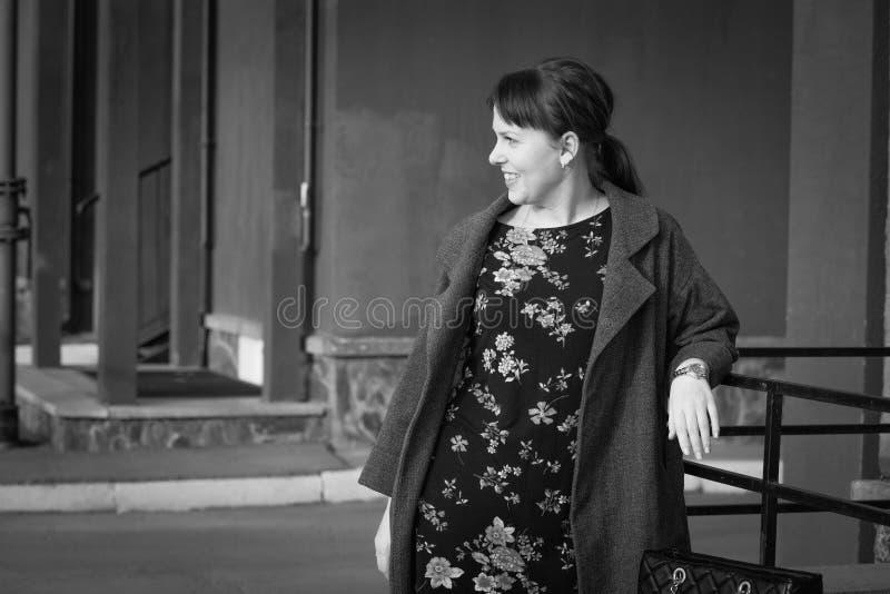 Jolie fille de l'adolescence se penchant sur des balustrades image stock