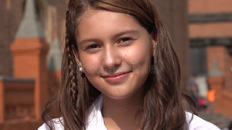Jolie fille de l'adolescence de sourire photographie stock