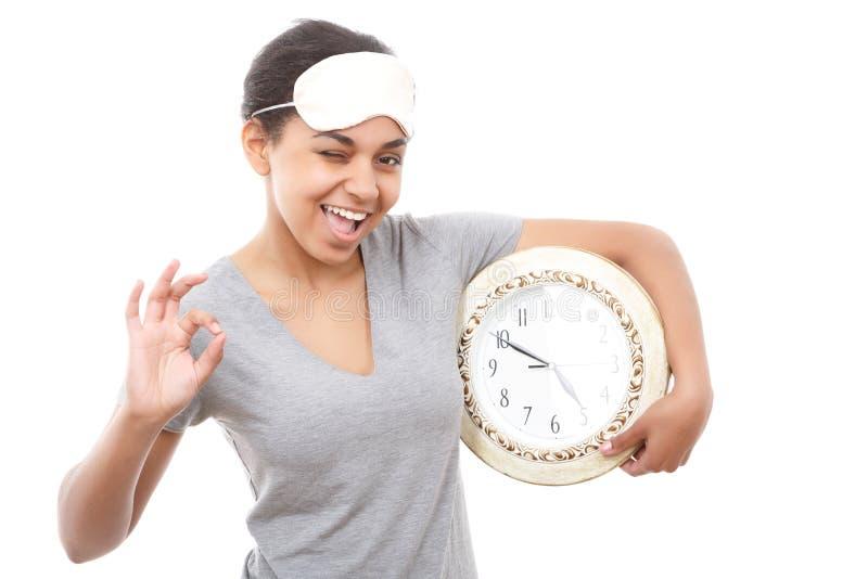Jolie fille de mulâtre posant avec l'horloge image stock
