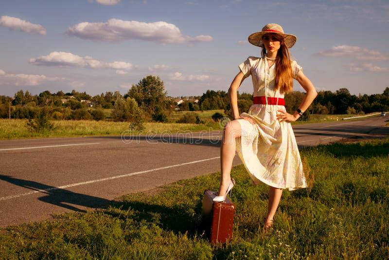 Jolie fille de Portret attendant sur la route photo libre de droits