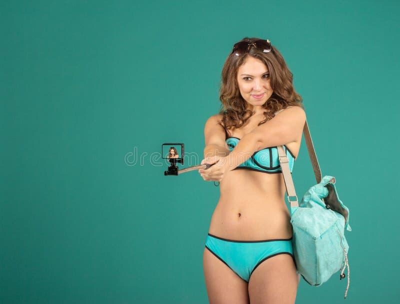 Jolie fille de touristes avec l'appareil-photo d'action image stock