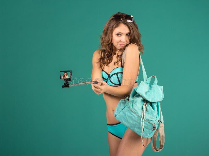 Jolie fille de touristes avec l'appareil-photo d'action photos libres de droits