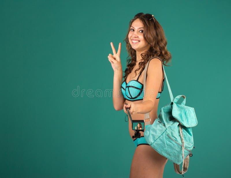 Jolie fille de touristes avec l'appareil-photo d'action images libres de droits