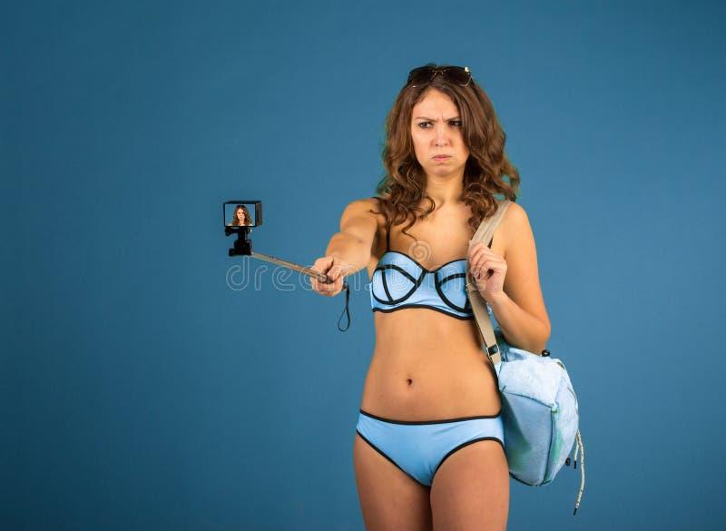 Jolie fille de touristes avec l'appareil-photo d'action image libre de droits