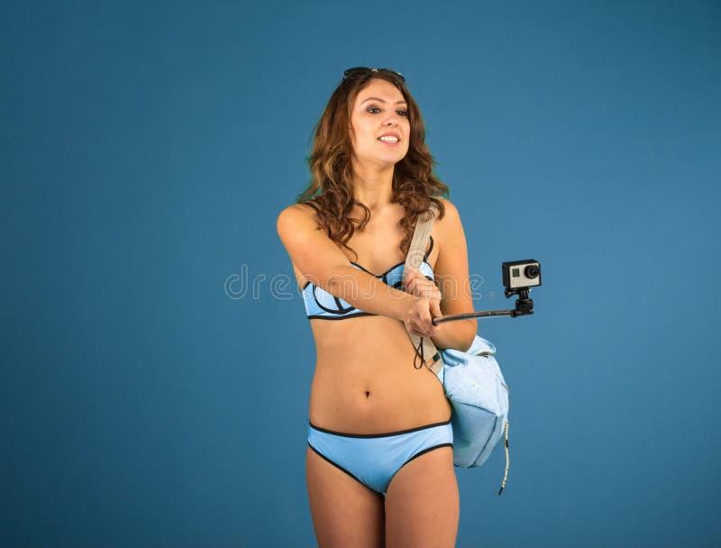 Jolie fille de touristes avec l'appareil-photo d'action photo stock