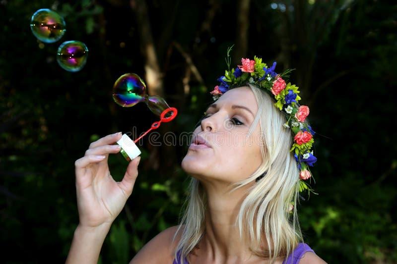 Jolie fille de ventilateur de bulle image stock