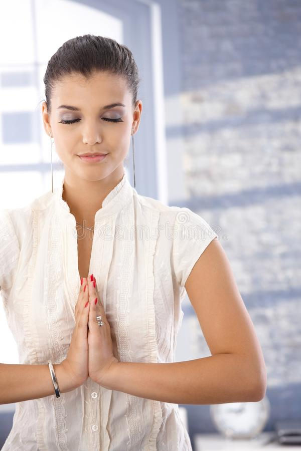 Jolie fille en position de prière photos libres de droits