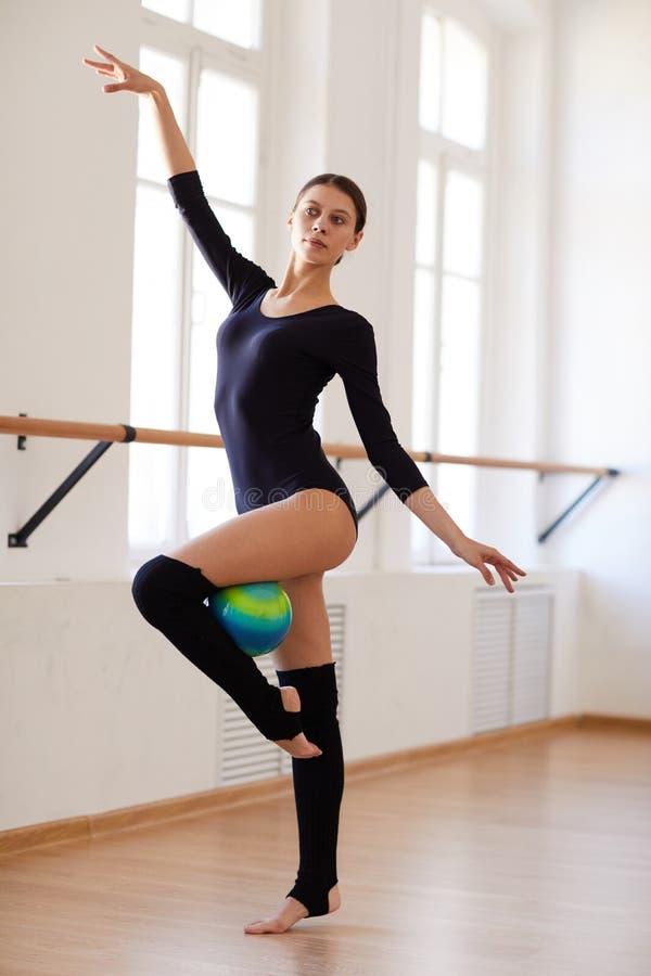 Jolie fille faisant l'élément de danse avec la boule photographie stock libre de droits