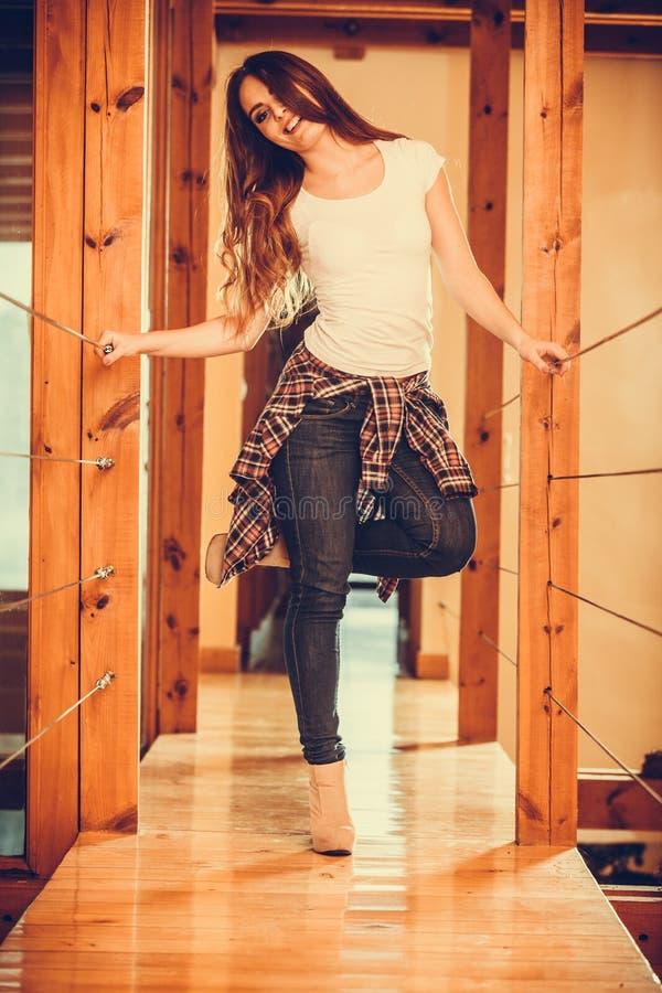 Jolie fille mignonne heureuse de jeune femme à la maison photographie stock libre de droits