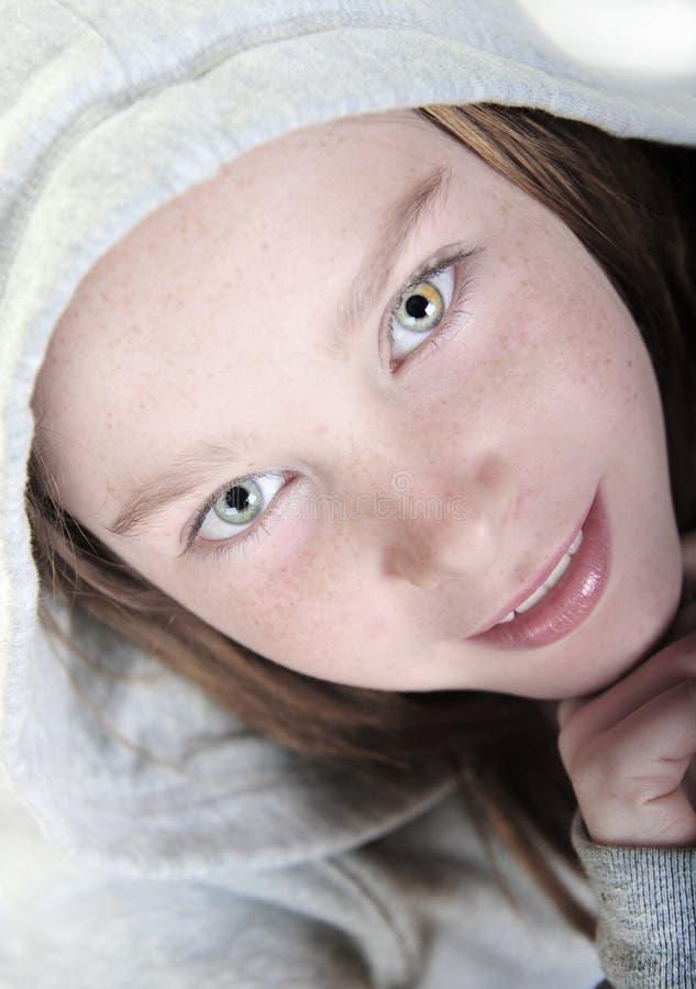 Jolie fille observée photos stock