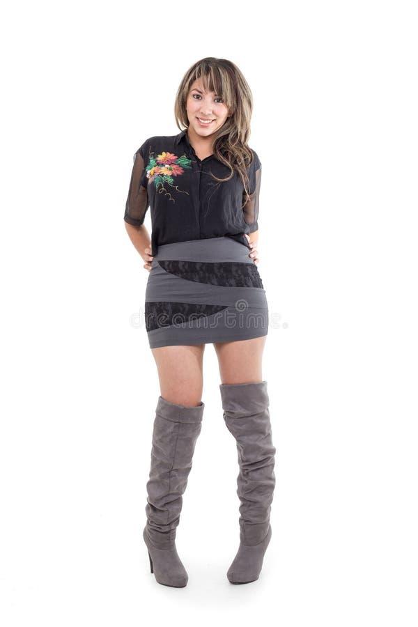 Jolie fille portant la mini robe posant avec des mains image stock