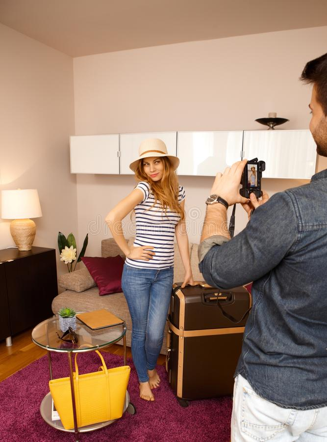 Jolie fille posant avec la valise images libres de droits