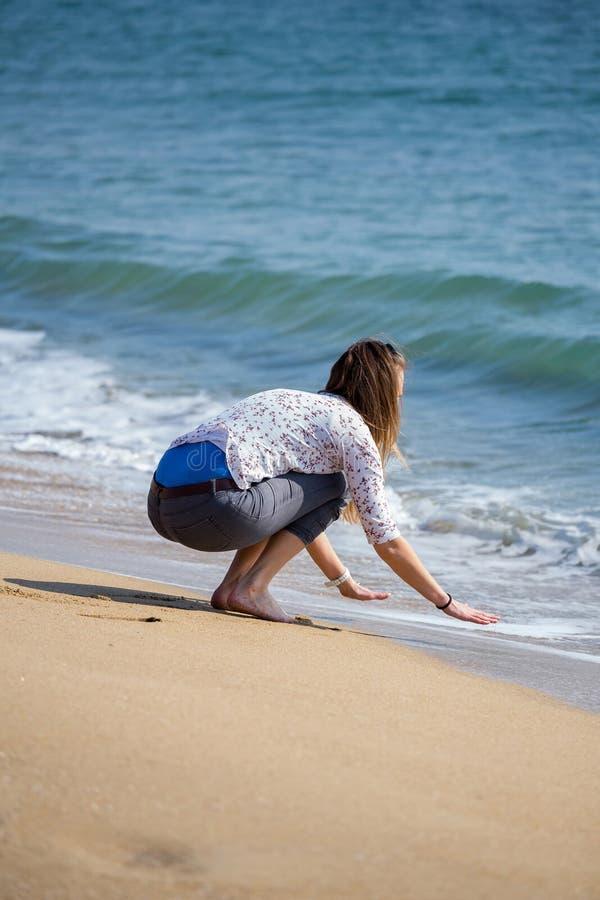 Jolie fille près de l'eau images stock