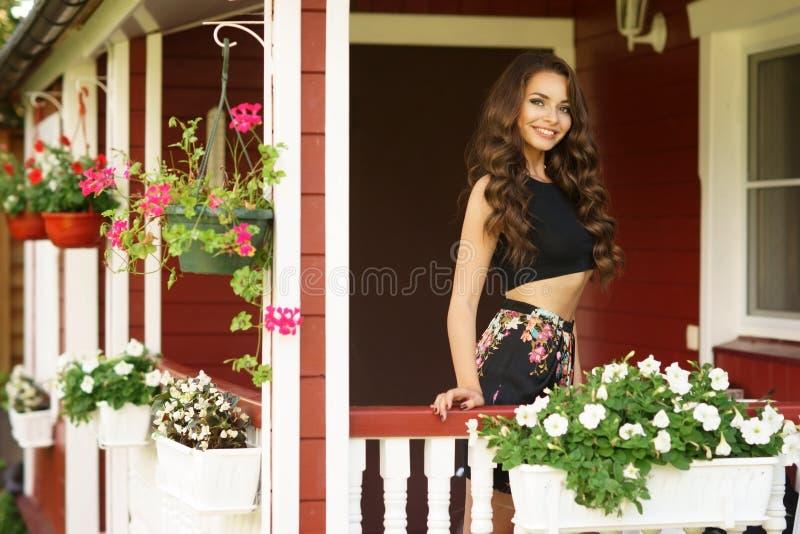 Jolie fille près de maison de campagne photo stock