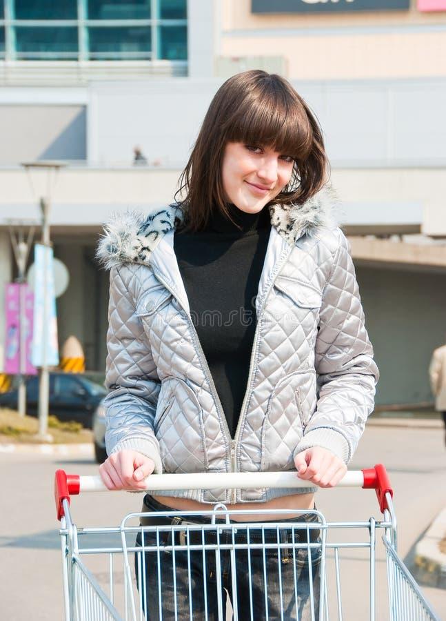 Jolie fille prête pour des achats image libre de droits