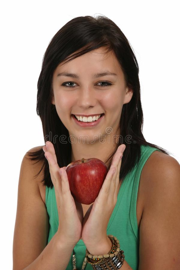 Jolie fille retenant Apple rouge image stock