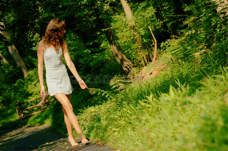 Jolie fille sur le chemin forestier photos libres de droits
