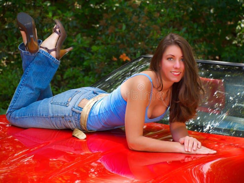 Jolie fille sur le véhicule image libre de droits