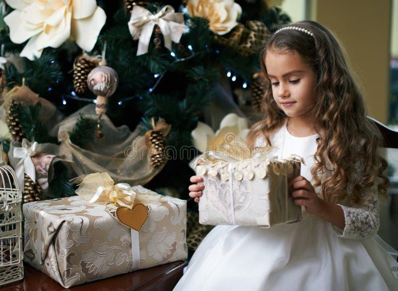 Jolie fille tenant le cadeau pendant la nouvelle année image libre de droits
