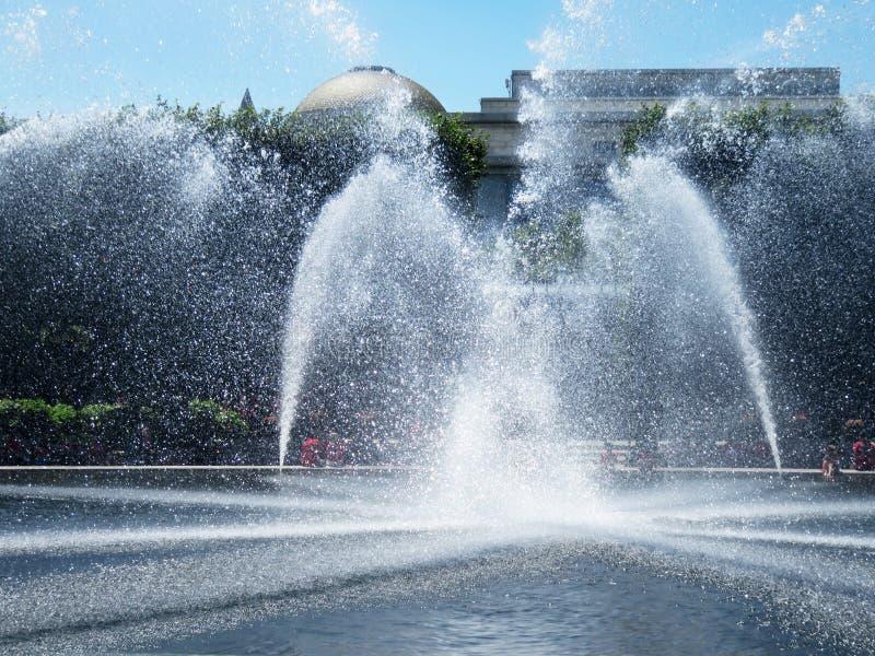 Jolie fontaine d'eau dans le Washington DC sur Sunny Day photos libres de droits