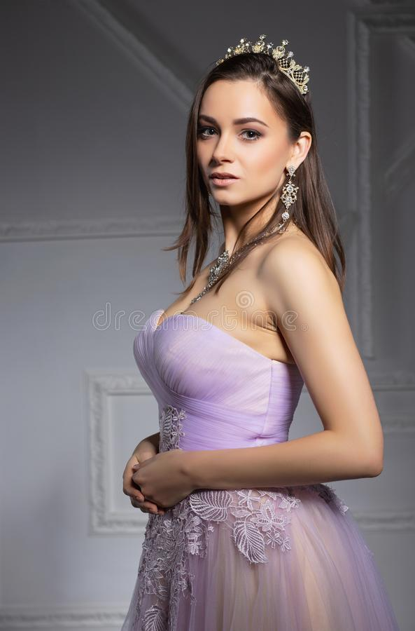 Jolie jeune brune posant en studio images stock