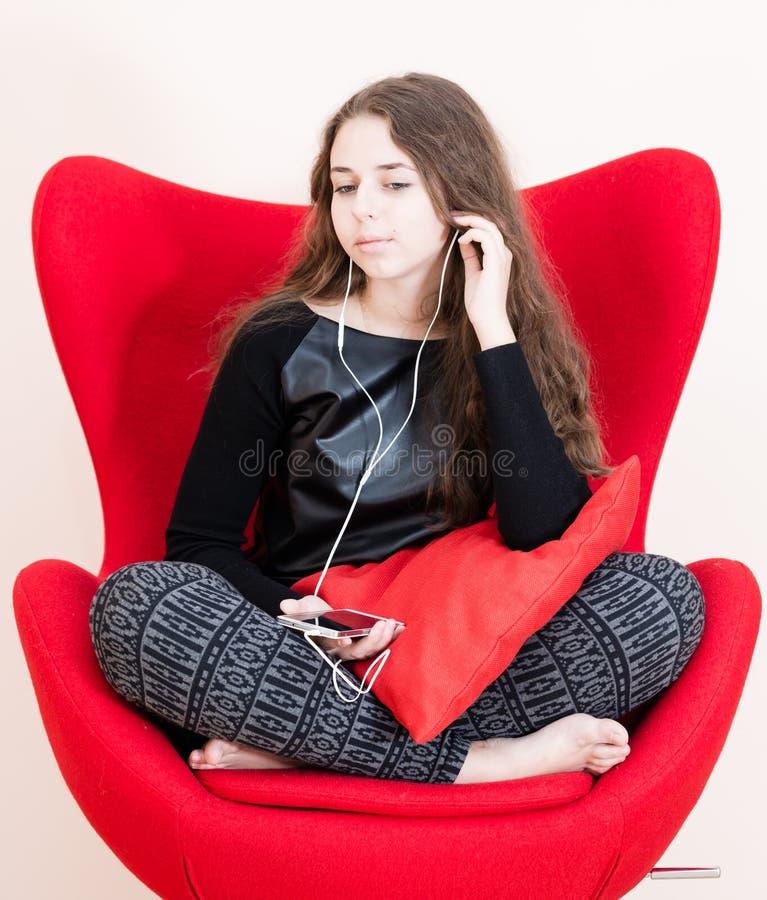 Jolie jeune femme à l'aide du téléphone portable photographie stock libre de droits