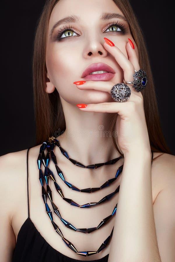 Jolie jeune femme avec des anneaux de bijoux photographie stock libre de droits