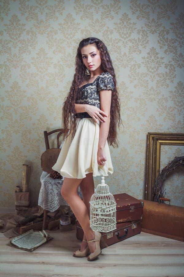 Jolie jeune femme avec la cage d'oiseau blanche photo libre de droits