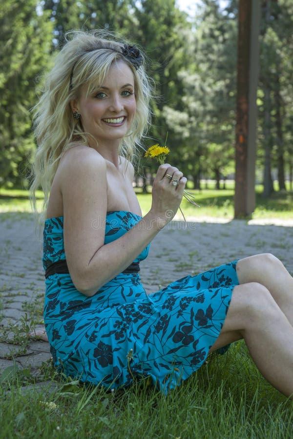Jolie jeune femme blonde avec le pissenlit images libres de droits