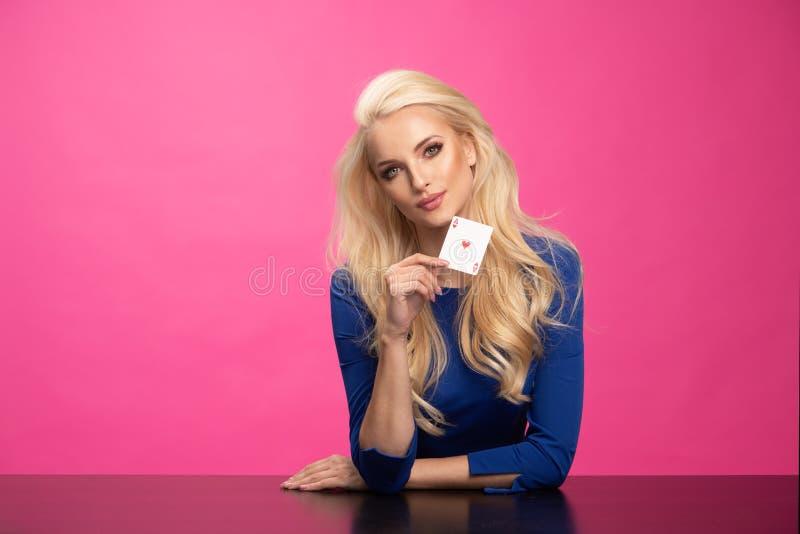 Jolie jeune femme blonde dans la robe de cocktail bleue images stock