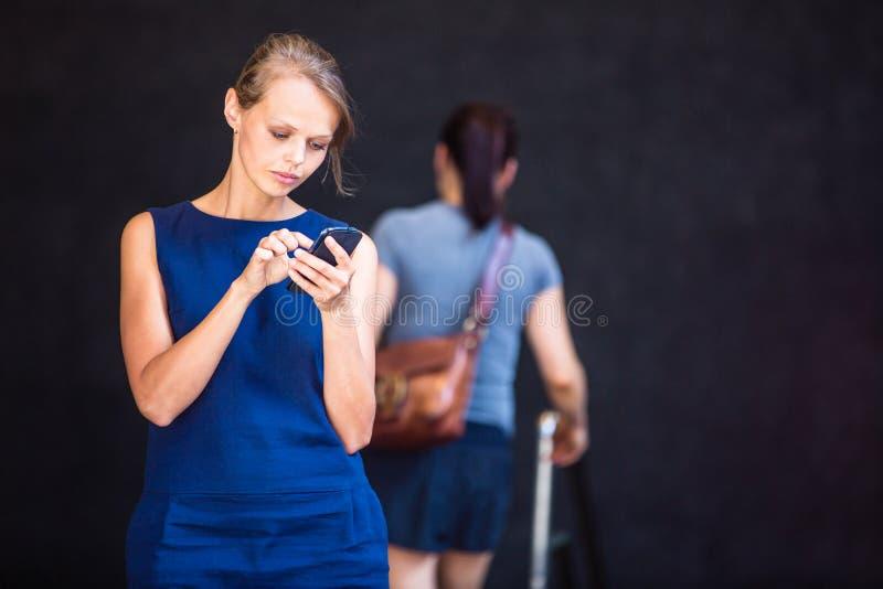 Jolie, jeune femme d'affaires parlant au téléphone photo stock