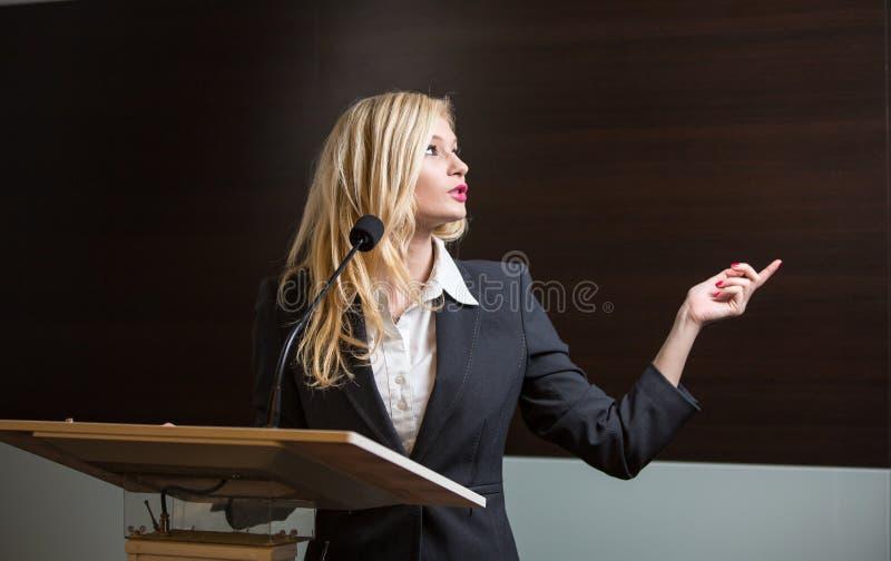 Jolie, jeune femme d'affaires pr?sentant un expos? dans une conf?rence image libre de droits