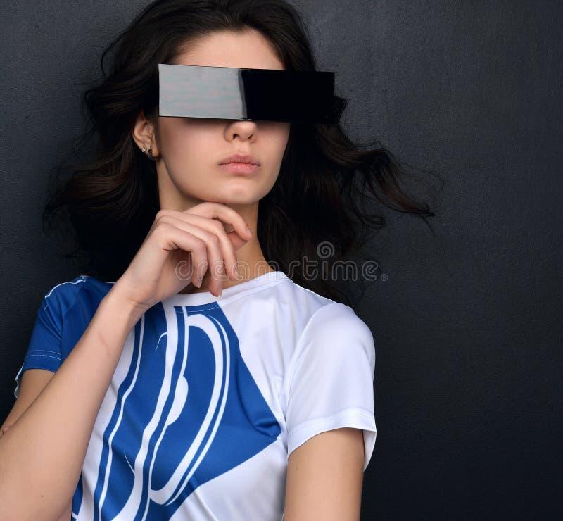 Jolie jeune femme dans des lunettes de soleil carrées sur le conseil pédagogique images libres de droits