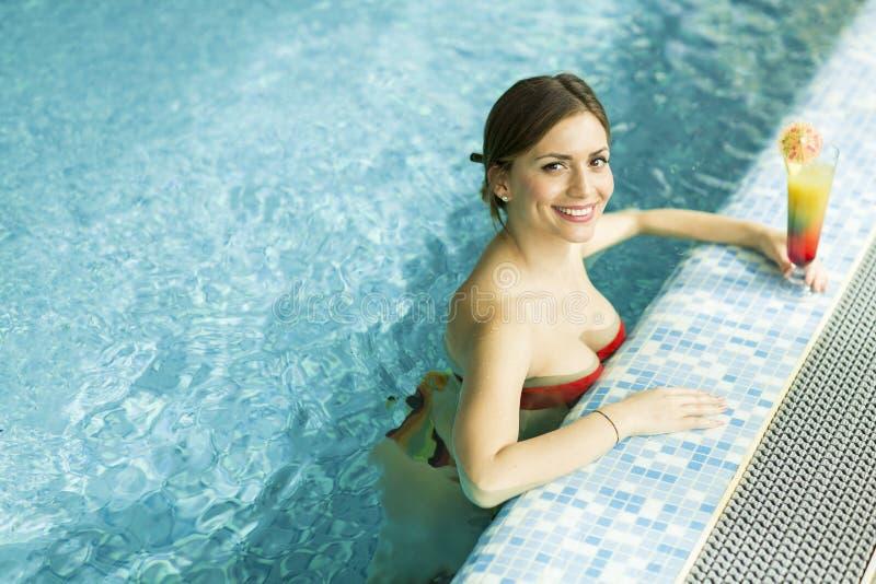 Jolie jeune femme dans la piscine image libre de droits