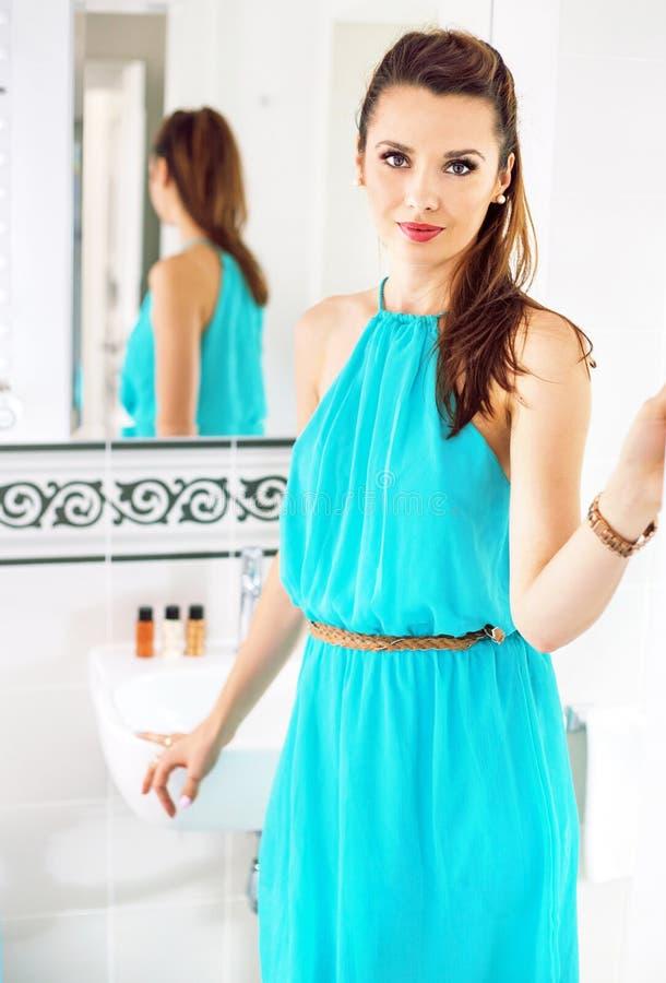 Jolie jeune femme dans sa salle de bains de luxe image stock
