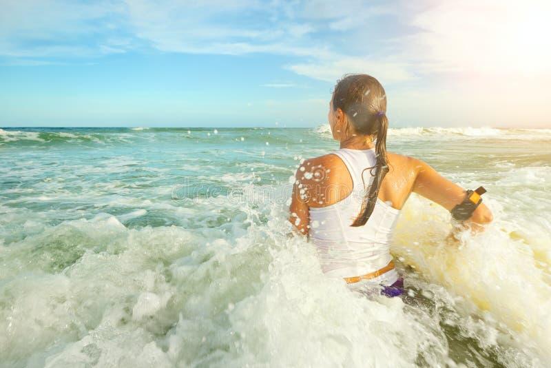 Jolie jeune femme de planche de surf - apprécier surfer de vacances de vacances image libre de droits