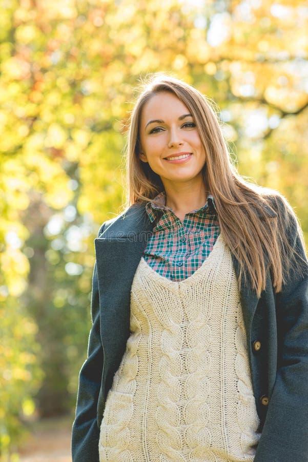 Download Jolie Jeune Femme De Sourire Dans Le Costume Posé Par Trois Image stock - Image du woolen, sourire: 45354725
