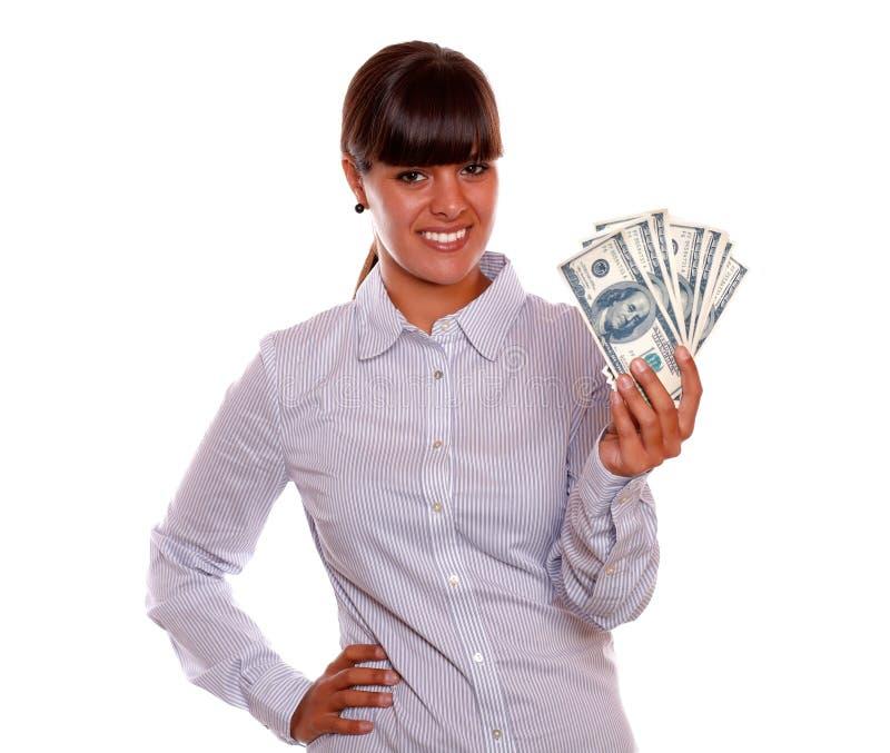Jolie jeune femme de sourire retenant des dollars photos stock