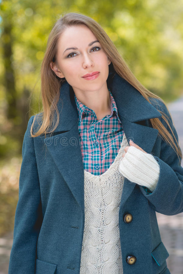 Download Jolie Jeune Femme En Autumn Season Attire Image stock - Image du stationnement, rouge: 45354657