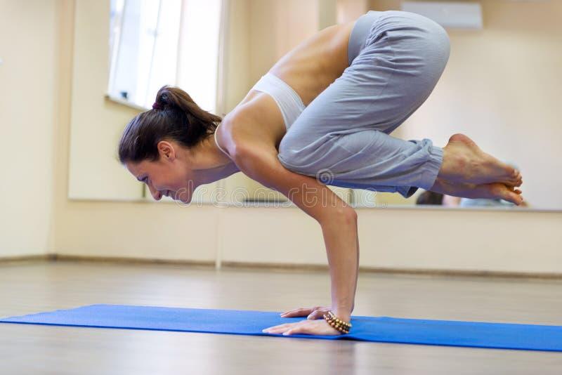 Jolie jeune femme faisant l'exercice de yoga photographie stock