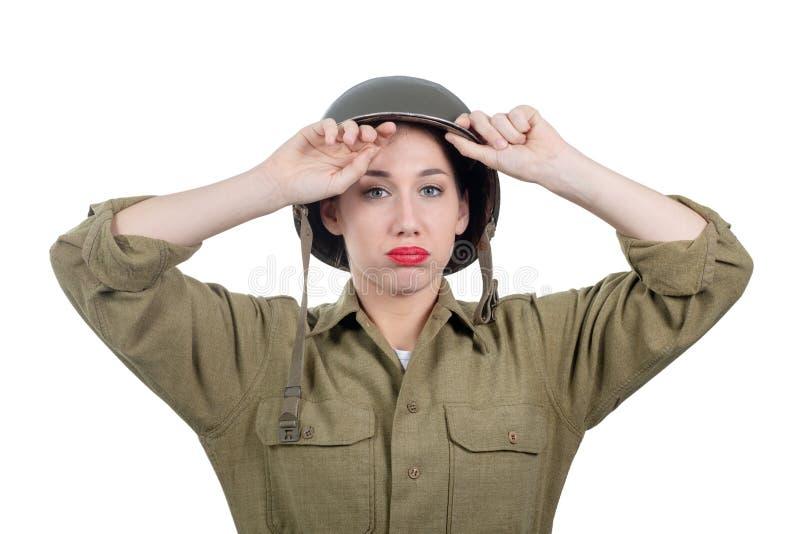Jolie jeune femme fatiguée avec le casque ww2 américain photo libre de droits