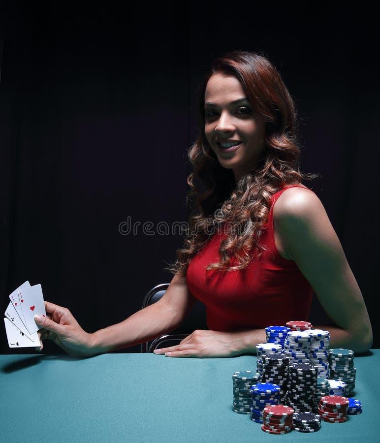 Jolie jeune femme jouant sur la table verte image stock