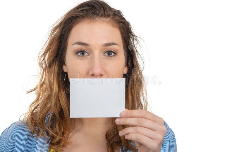 Jolie jeune femme montrant la petite carte vide images libres de droits