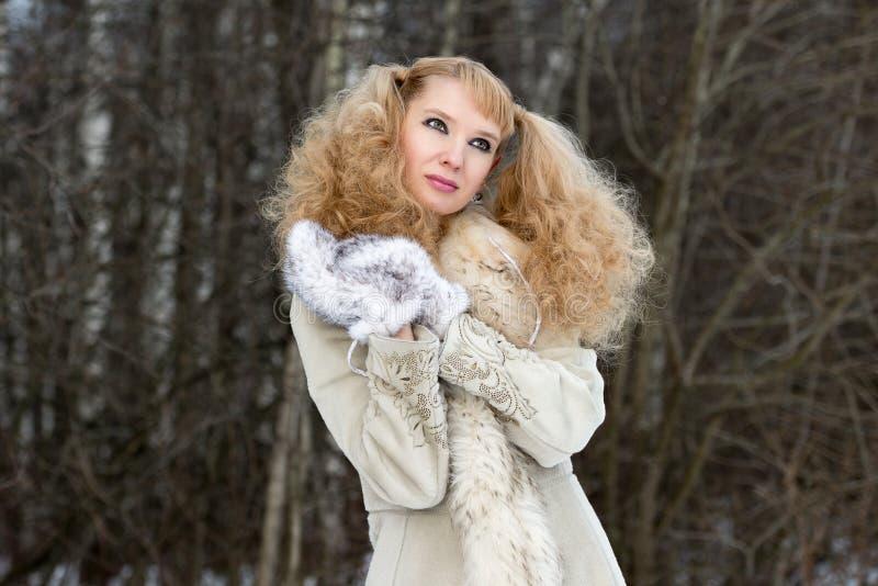 Jolie jeune femme rêveuse dans une forêt de l'hiver photo libre de droits