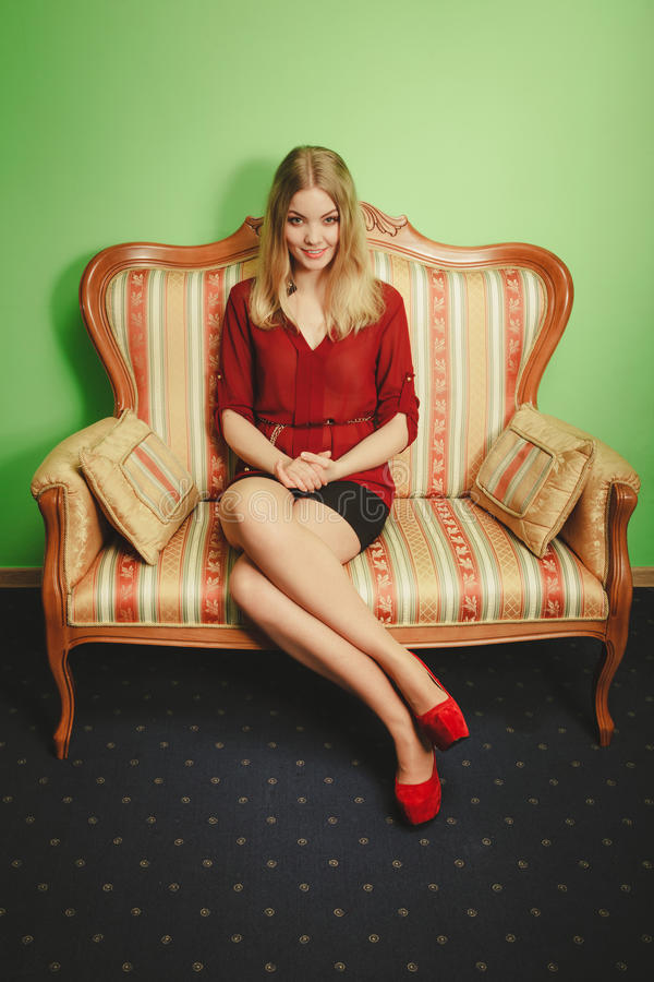 Jolie jeune femme sur le sofa de vintage Mode photo stock