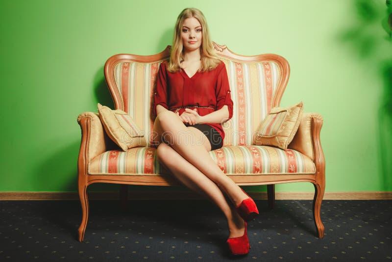 Jolie jeune femme sur le sofa de vintage Mode images libres de droits
