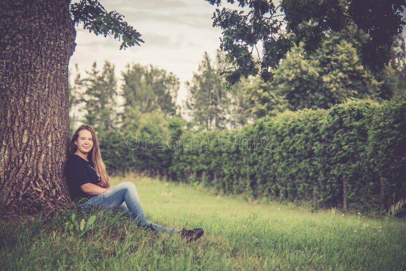 Jolie jeune fille dans se reposer de nature images stock