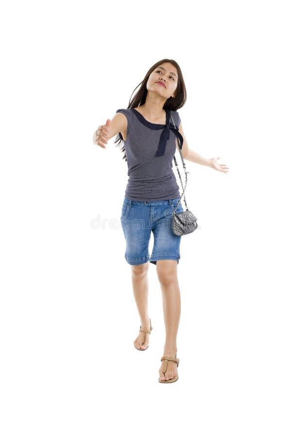Jolie marche de femme photo stock